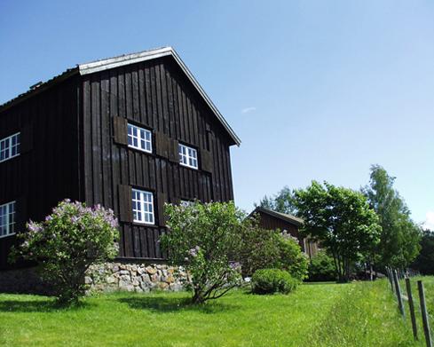 Hovedbygningen: Bygget på 1700-tallet og sto på gården Orderud i Kirkebygda fram til 1940.