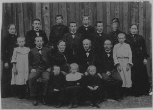 Anton og Mathea Birkelund med deres barneflokk, 15 i tallet. Det er antakelig enda litt eldre. Min farmor, Mina, ytterst til høyre.