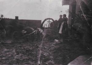 Gravfølge på Nordre Østby  1920     0229-379-0001