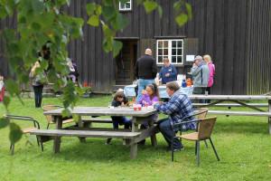 2014 08 30 Heidi Wattum og Helene Wattum Larsen serverer vafler og drikke på bygdetunet på Bygdedagen 2014 b