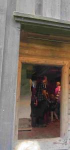 Kjøkkenet sett fra utsiden, her er lefsetakka i full drift.